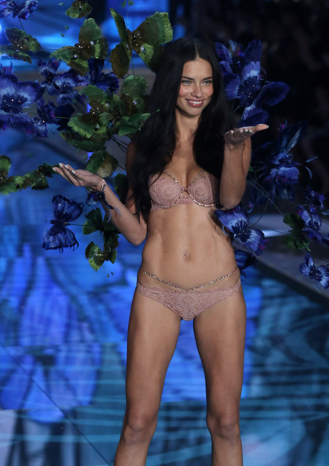 Adriana Lima au Victoria's Secret Fashion Show organisé à New-York le 10 novembre 2015