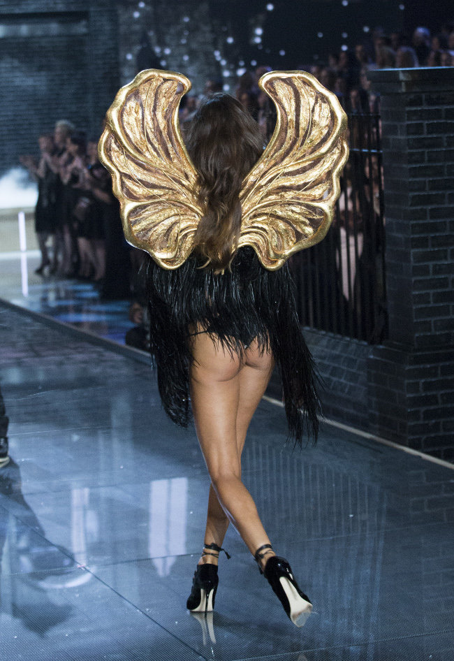 Izabel Goulart au Victoria's Secret Fashion Show organisé à New-York le 10 novembre 2015