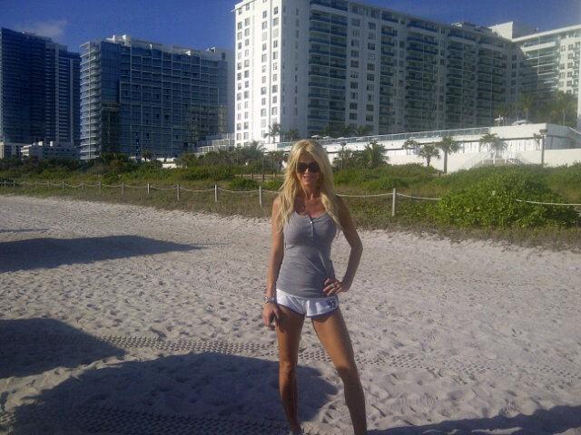 Victoria Silvstedt faisant son jogging sur une plage de Miami !