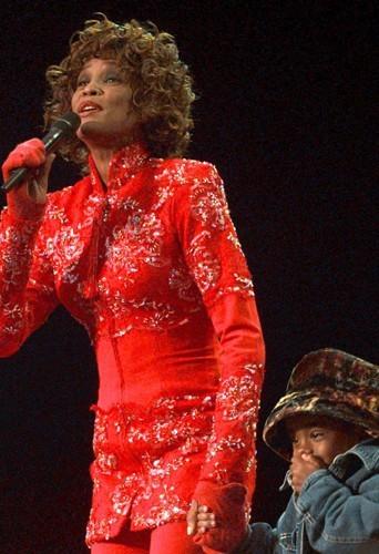 A un concert au profit de l'UNICEF en 1998. Sa fille, Bobbi Kristina, l'avait rejoint sur scène.