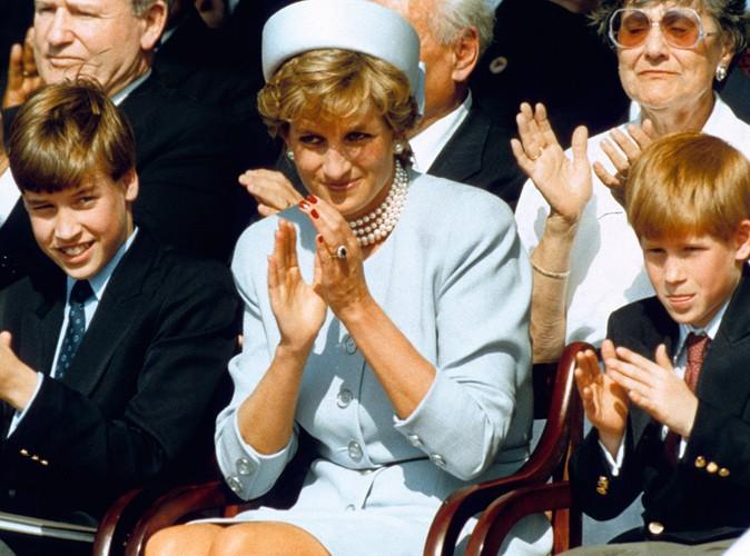 Aux côtés de sa mère et de son frère Harry en 1995