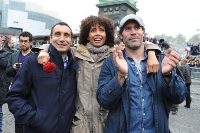 Zinedine Soualem, Sonia Rolland et Jalil LEspert à la place de la Bastille pour célébrer la victoire de François Hollande, le 6 mai 2012.