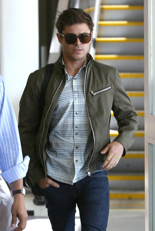 Zac Efron arrive à Los Angeles, la mine déconfite