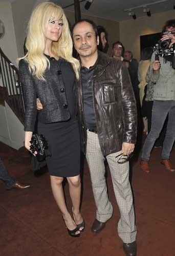 """Zahia Dehar et son ami Alexo lors du vernissage de l'exposition """"Lost Paradise"""" à la Galerie du Passage à Paris, le 5 juin 2012."""