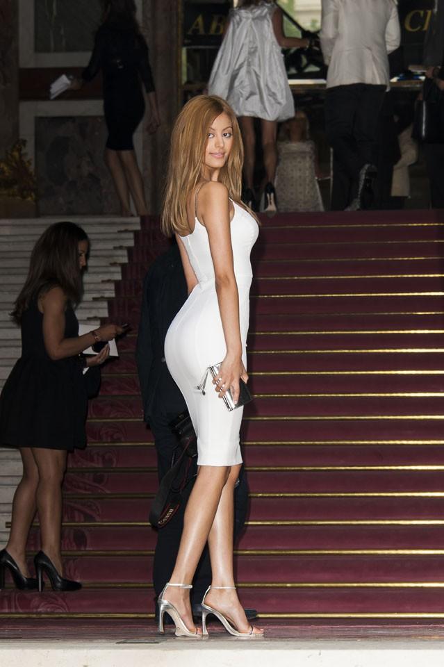 Zahia Dehar au défilé Atelier Versace organisé à Paris le 6 juillet 2014