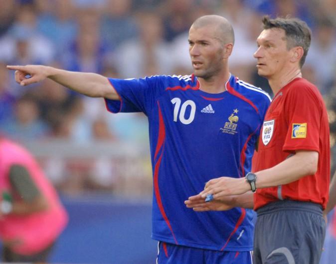 Zinedine Zidane en discussion avec l'arbitre