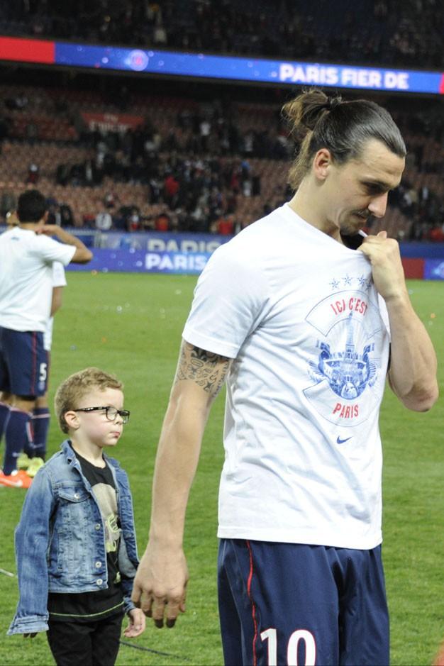Zlatan Ibrahimovic avec ses deux fils au Parc des Princes le 7 mai 2014