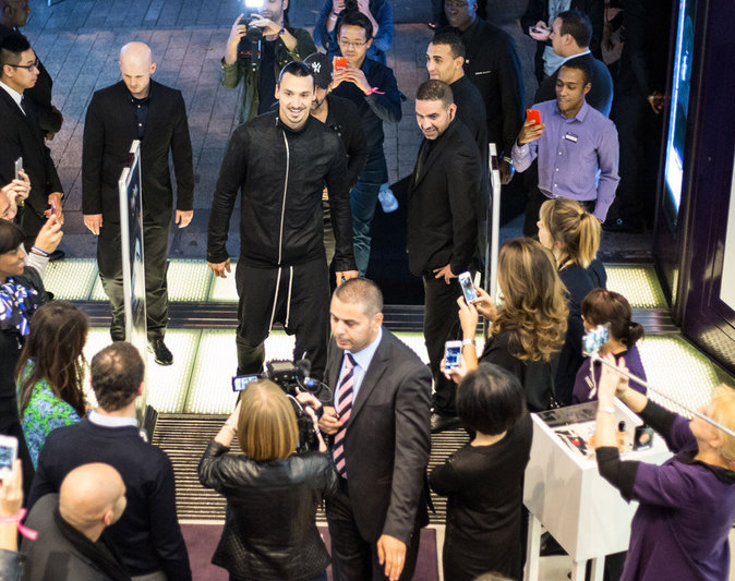 Zlatan Ibrahimovic crée l'émeute pour le lancement de son parfum