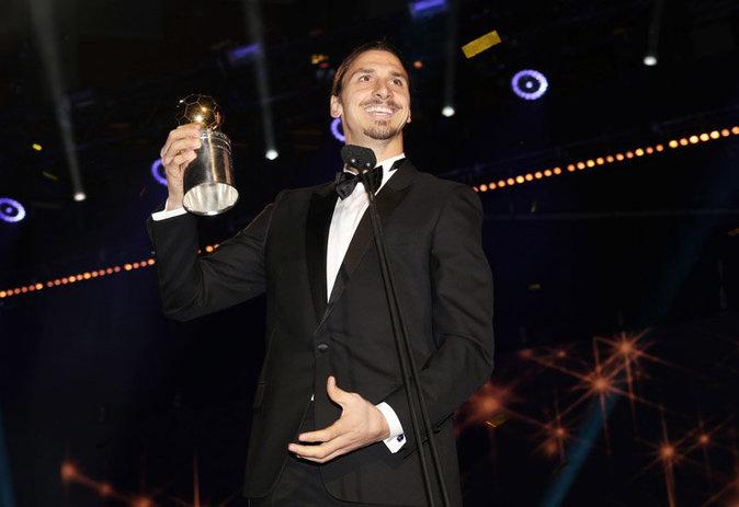 Zlatan Ibrahimovic reçoit son 10e ballon d'or suédois le 9 novembre 2015