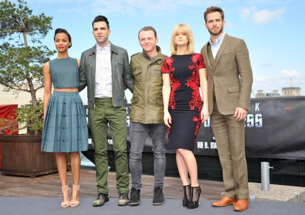 Zoe Saldana, Zachary Quinto, Simon Pegg, Alice Eve et Chris Pine lors du photocall du film Star Trek Into Darkness à Berlin, le 28 avril 2013.