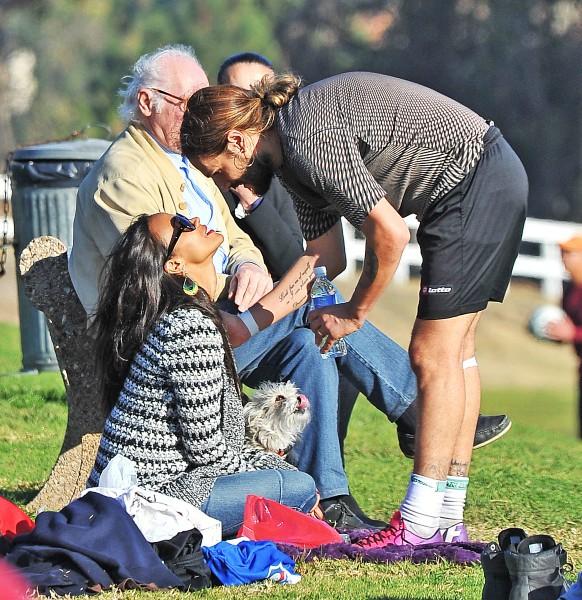 Zoe Saldana et son mari Marco Perego lors d'un match de foot à Studio City, le 22 décembre 2013.