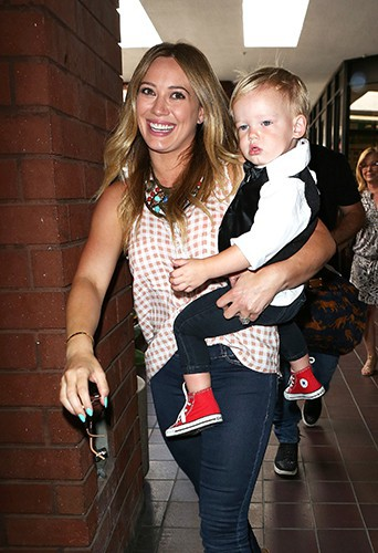 Hilary Duff et son petit Luca le 24 juillet à Sherman Oaks