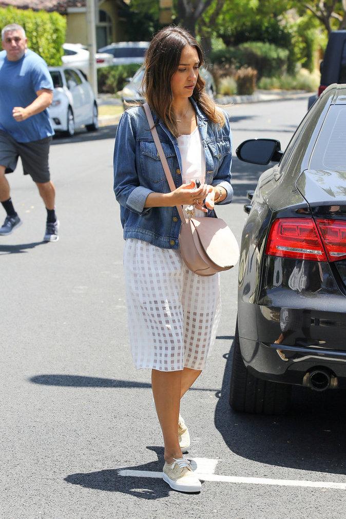 Jessica Alba et sa veste en jean