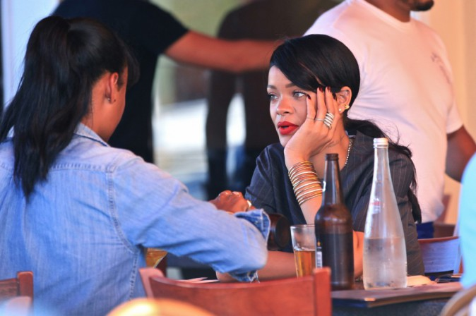 Rihanna : entre deux concerts du Monster Tour la star est superbe pour une pause déj' !