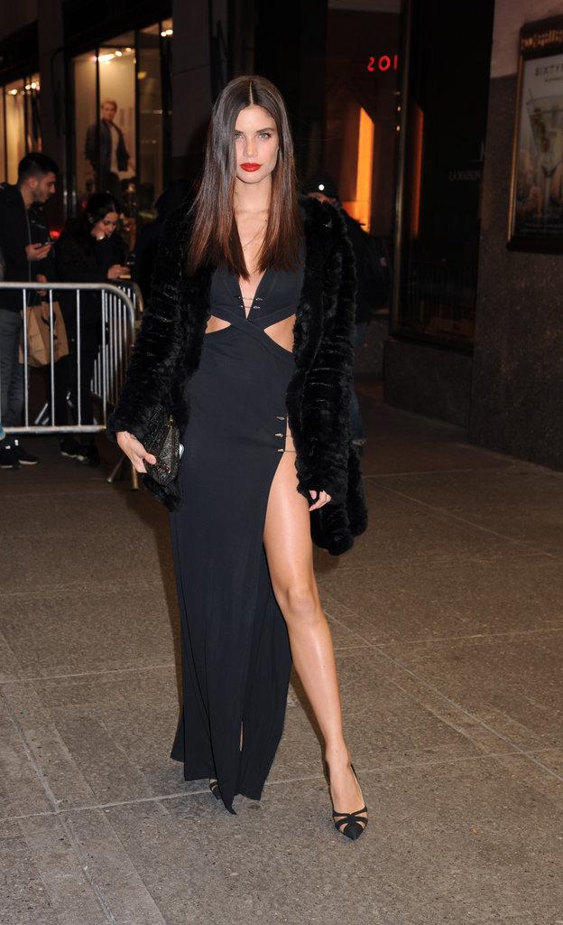 Sara Sampaio en robe noire fendue
