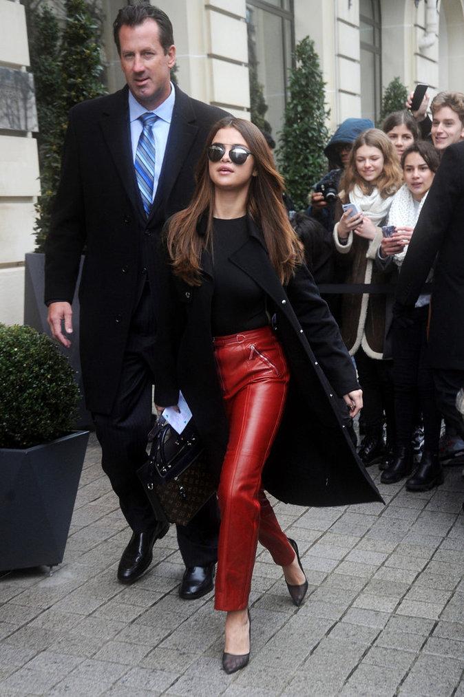 Selena Gomez a misé sur le pantalon en cuir rouge