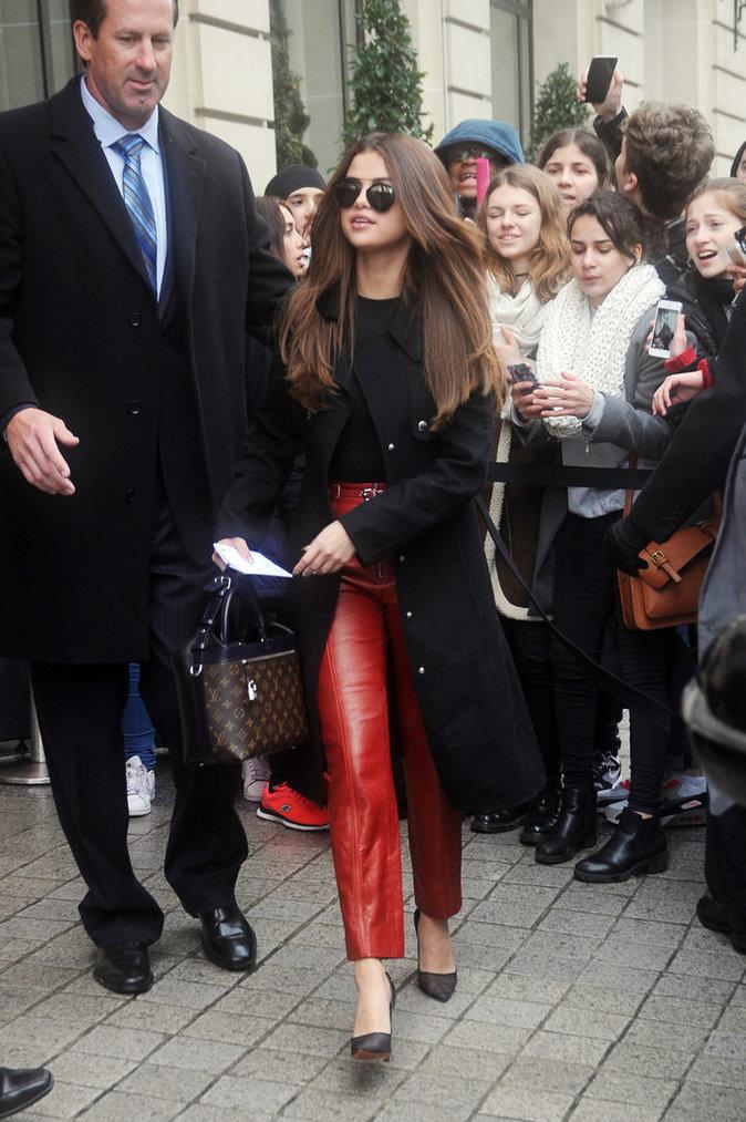 Selena Gomez, toujours aussi belle à la Fashion Week de Paris