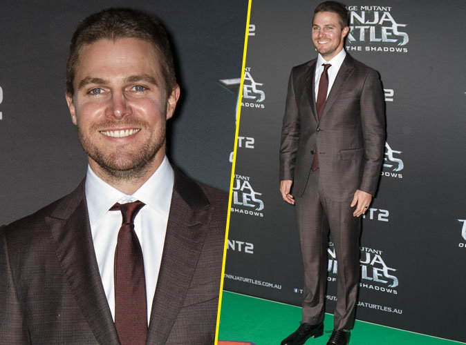 """Stephen Amell (""""Arrow"""") foule le tapis rouge pour l'Avant-Première du film """"Ninja Turtles 2"""""""