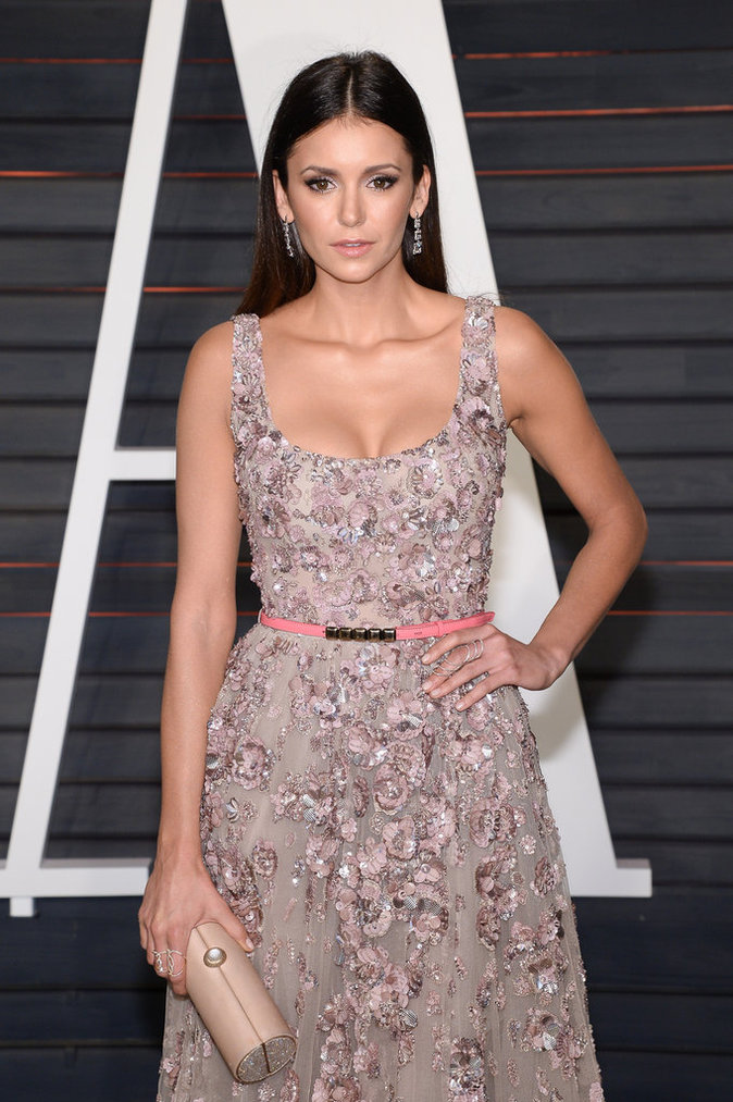 Nina Dobrev porte une robe de princesse
