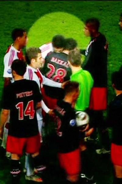 Luis Suarez mord Otman Bakkal lors d'un match Ajax d'Amsterdam - PSV Eindhoven en 2011