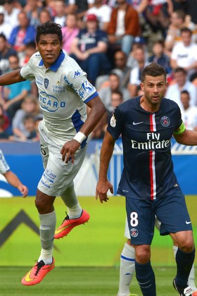 Thiago Motta au duel avec Brandao lors du match PSG - Bastia