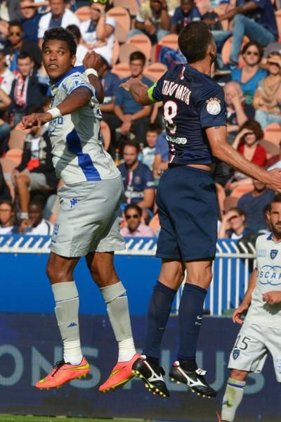 Thiago Motta et Brandao jouent à qui saute le plus haut lors du match PSG - Bastia
