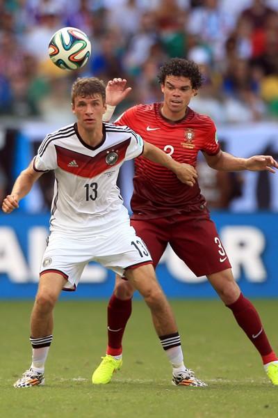 Thomas Muller et Pepe se disputent le ballon lors du match Portugal - Allemagne (Coupe du monde 2014)