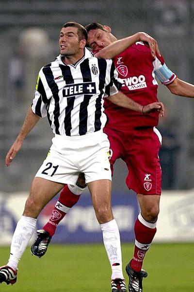 Zinedine Zidane au duel avec Marco Materazzi lors d'un match Juventus - Perouse en 2001 (championnat italien)