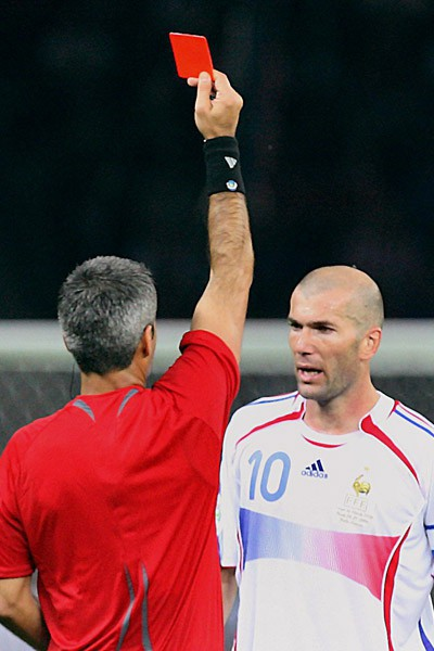 Zinedine Zidane reçoit un carton rouge après son coup de tête sur Marco Materazzi en finale de la Coupe du monde 2006