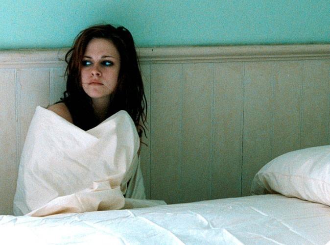 Kristen Stewart est toute seule dans sa chambre, sans même un DVD à regarder !