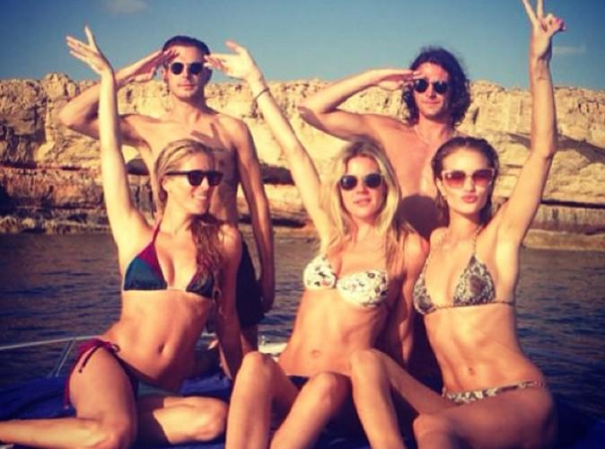 Rosie Huntington-Whiteley : elle dégaine le bikini pour faire la fiesta à Ibiza !