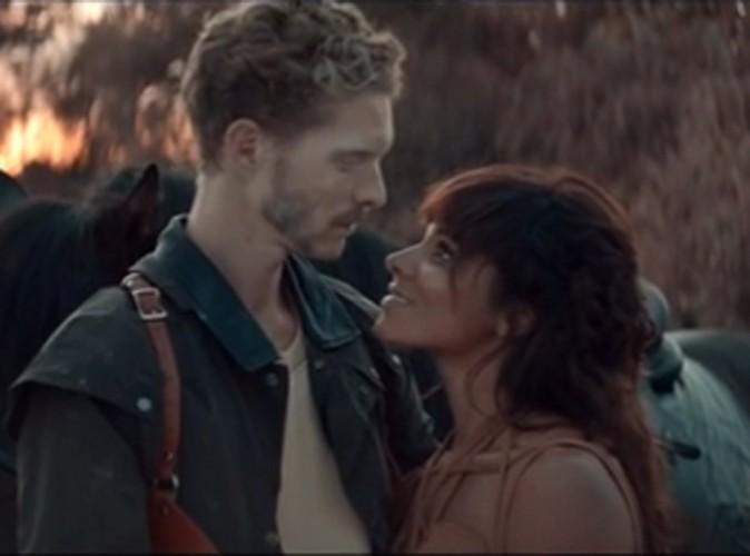 Shy'm : cavalière amoureuse dans le clip d'Il faut vivre !