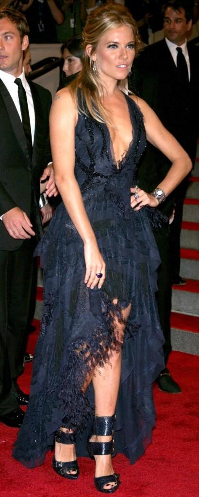 Sienna Miller est magnifique dans cette longue robe bleu marine !