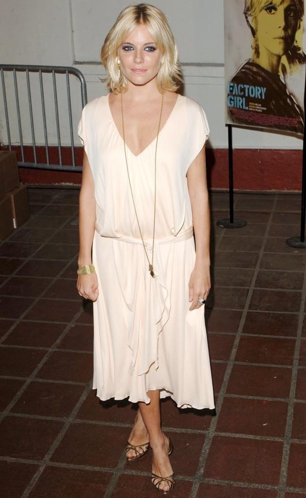 Sienna Miller est radieuse dans une robe beige !