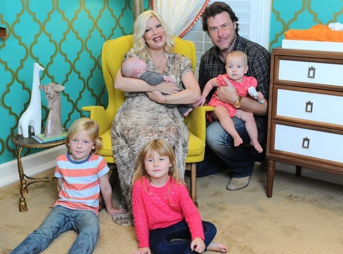Tori Spelling : elle prend sa douche avec son mari et leurs quatre enfants !