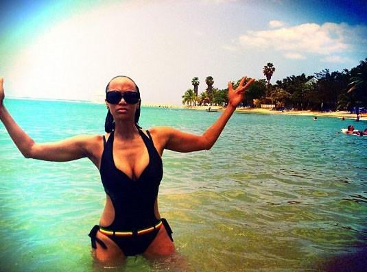 Tyra Banks : caliente dans son monokini noir !