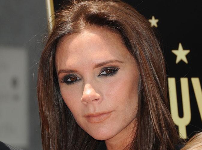 Victoria Beckham : complètement épuisée, elle dit bye-bye aux talons vertigineux ! Regardez...