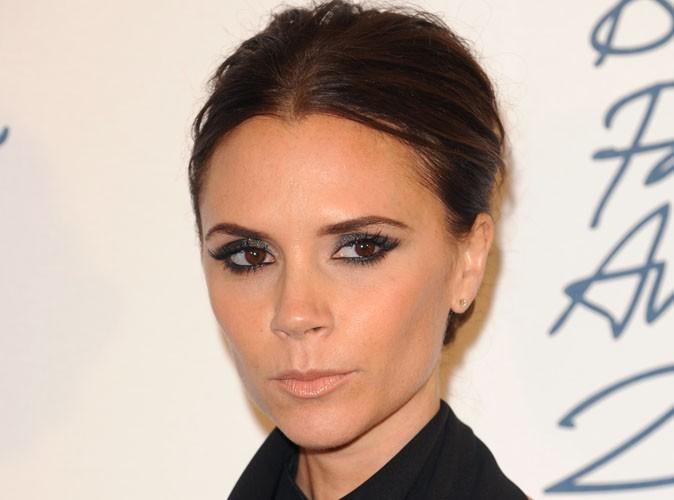 Victoria Beckham : elle sort enfin de sa sobriété et se la joue lumineuse en s'affichant dans une robe blanche éclatante !