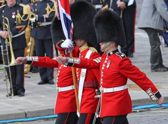 Vidéo buzz : quand un garde de Buckingham Palace chute en pleine revèle, les images font le tour de la planète !