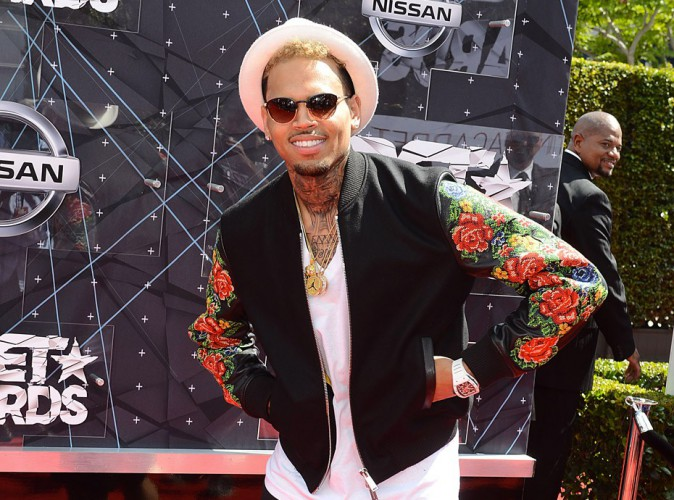 Vidéo : Chris Brown craque son pantalon sur scène, comme Lenny Kravitz !