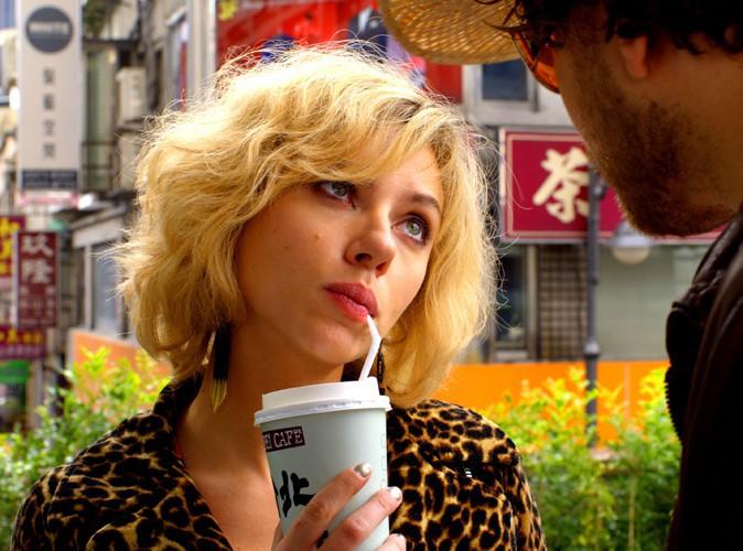 """Vidéo : Scarlett Johansson : une tueuse redoutable dans la bande-annonce explosive de """"Lucy"""" !"""