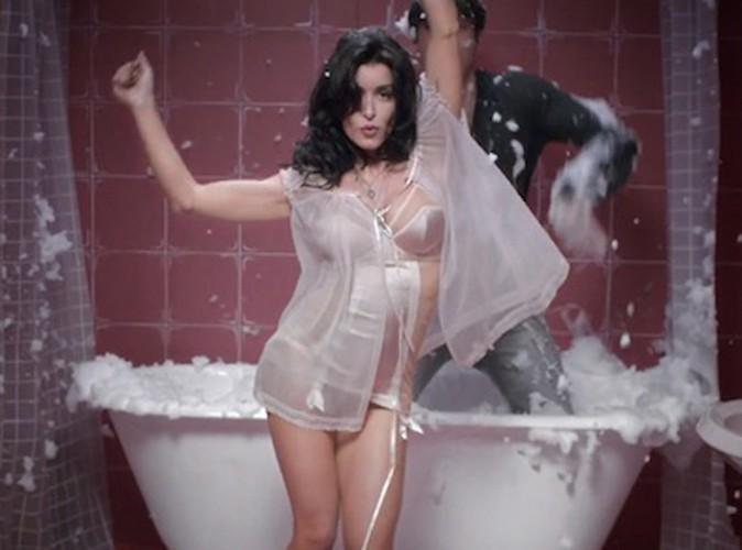 Vidéo : Jenifer : sexy dans le clip des Jours électriques, elle en fait voir de toutes les couleurs à Gil Alma (Nos Chers Voisins) !
