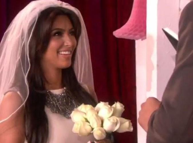 Vidéo : Kim Kardashian : regardez-la renouveler ses vœux de mariage sans se prendre au sérieux !