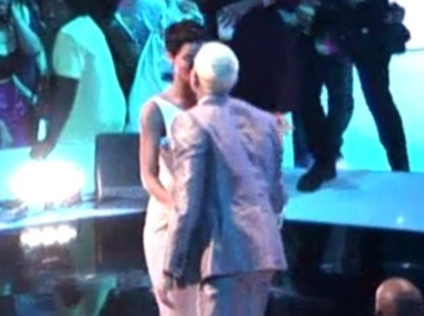 Vidéo : MTV VMA's 2012 : Rihanna et Chris Brown s'embrassent sur la bouche face à un public médusé...