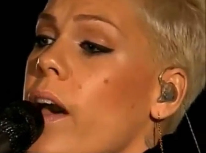 "Vidéo : Pink : sa version de ""Girl On Fire"", le tube d'Alicia Keys !"