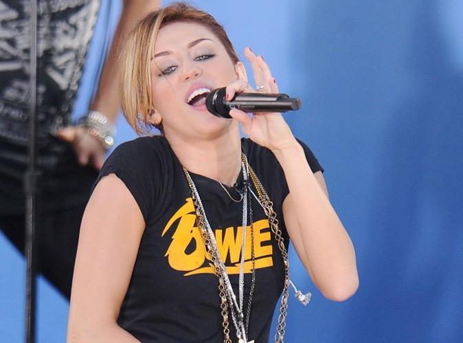 Vidéo : regardez Miley Cyrus se prendre pour Kurt Cubain en chantant un titre de Nirvana !