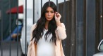 Exclu Vidéo : Kim Kardashian : enceinte, elle affiche ses nouvelles rondeurs en robe moulante !
