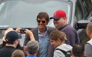 Exclu Vidéo : Tom Cruise : à l'aise et souriant, il pose avec ses fans !