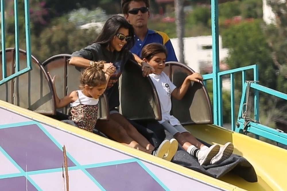 Kourtney Kardashian la joue incognito dans un parc d'attractions avec ses enfants !
