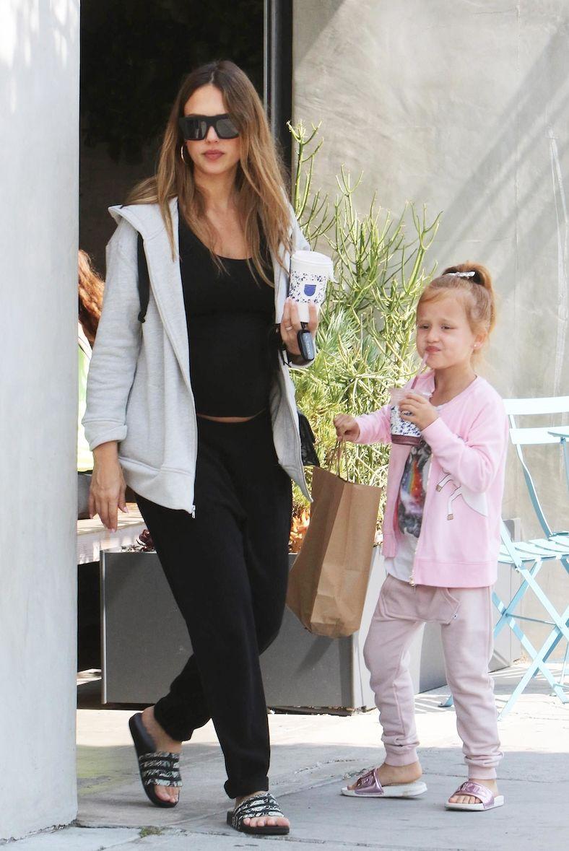 Jessica Alba : baby bump apparent, en balade avec sa fille !
